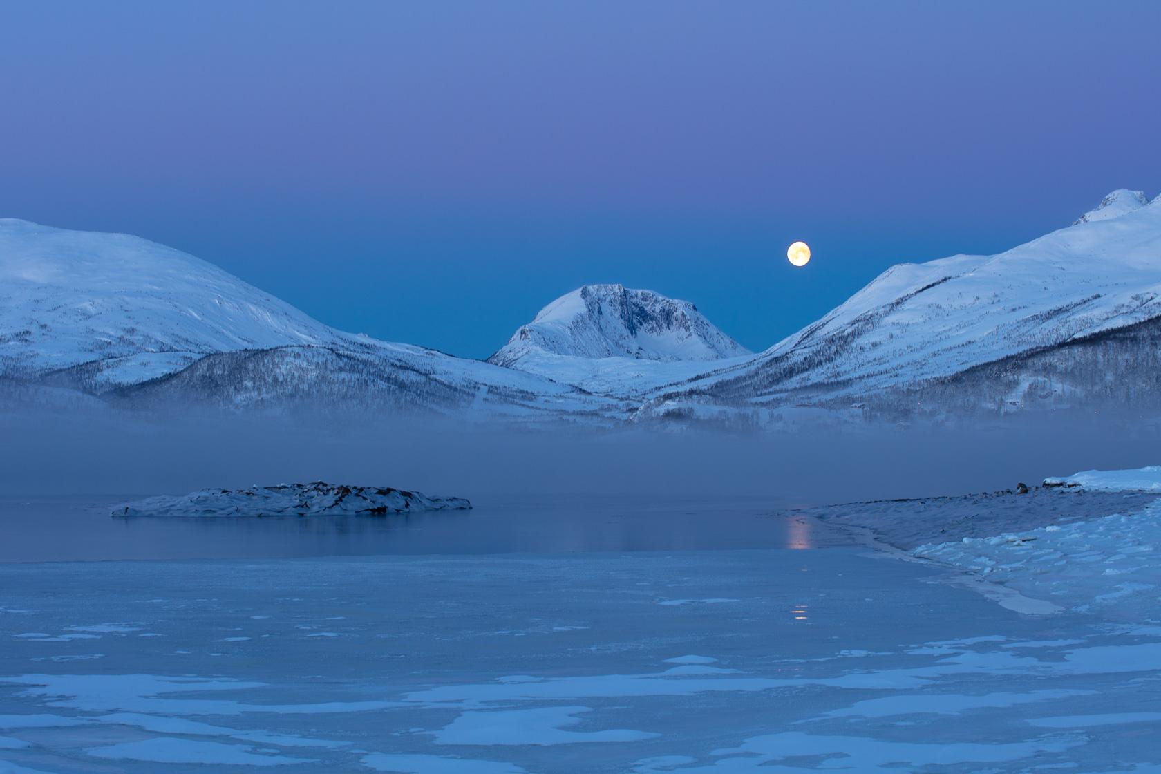 aube froide sur un fjord à Senja en Norvège