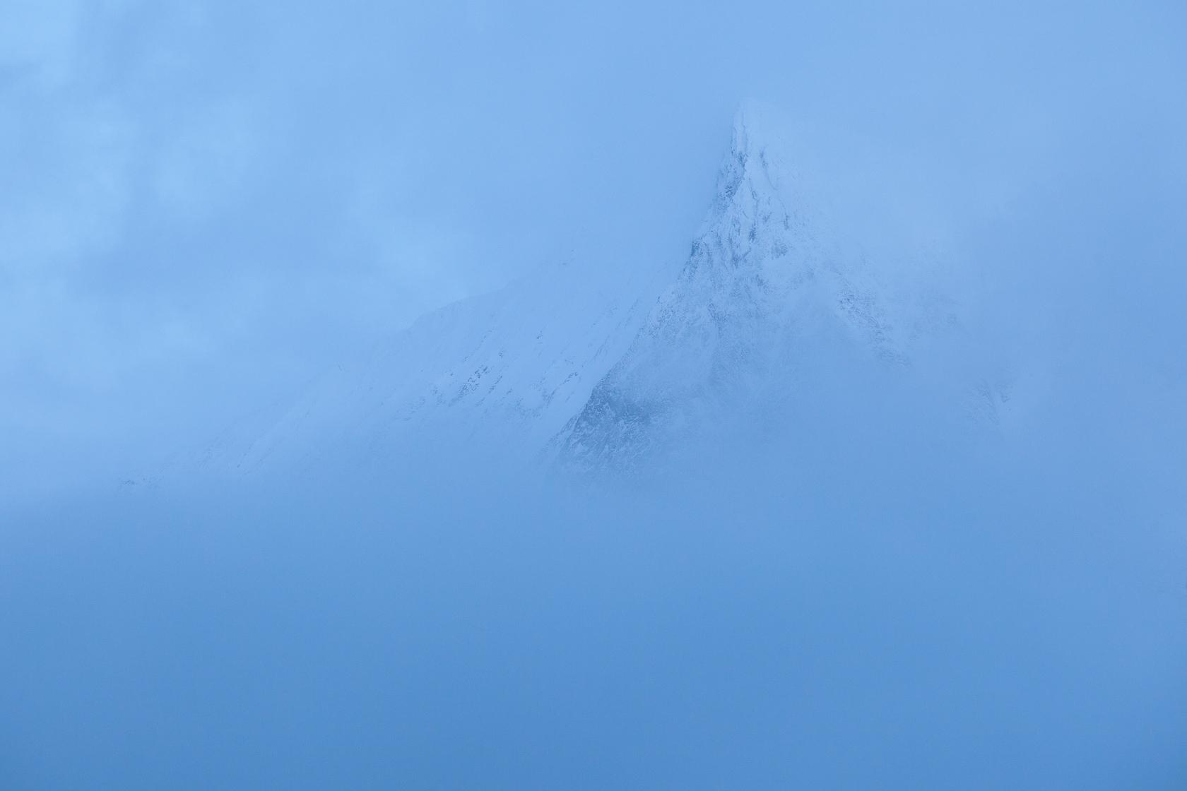 Montagne dans la brume, dans les Alpes de Lyngen, en Norvège