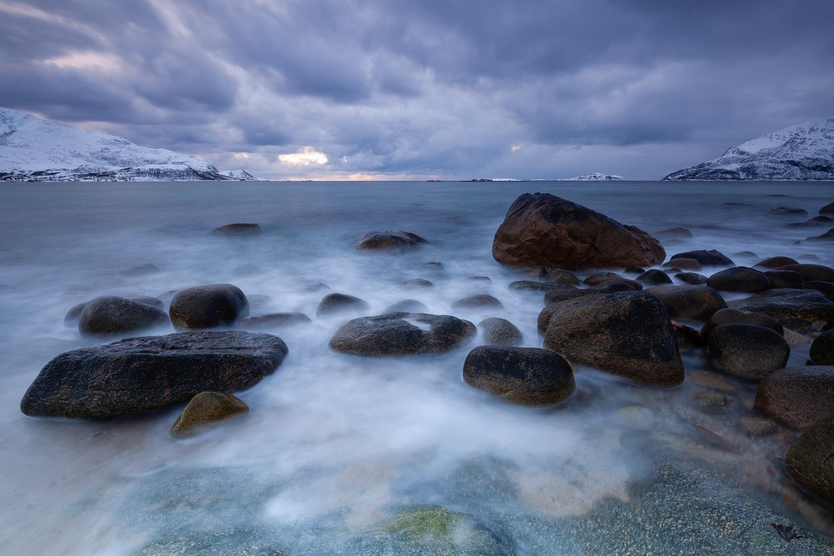 bord de mer sur Kvaløya, en Norvège