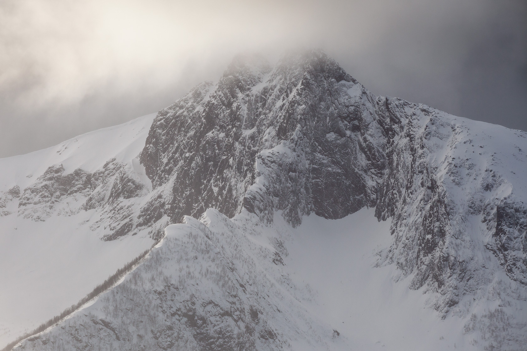 Montagne enneigée sur le Steinfjord, à Senja en Norvège