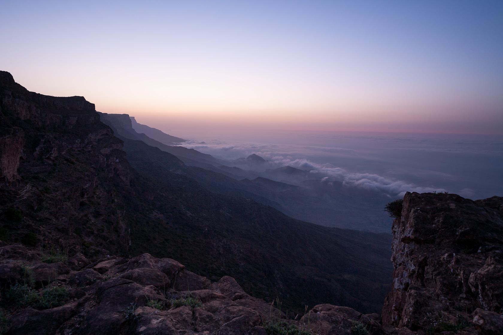 Brumes matinale dans le Dhofar depuis les crêtes du Djebel Shaman, à Oman