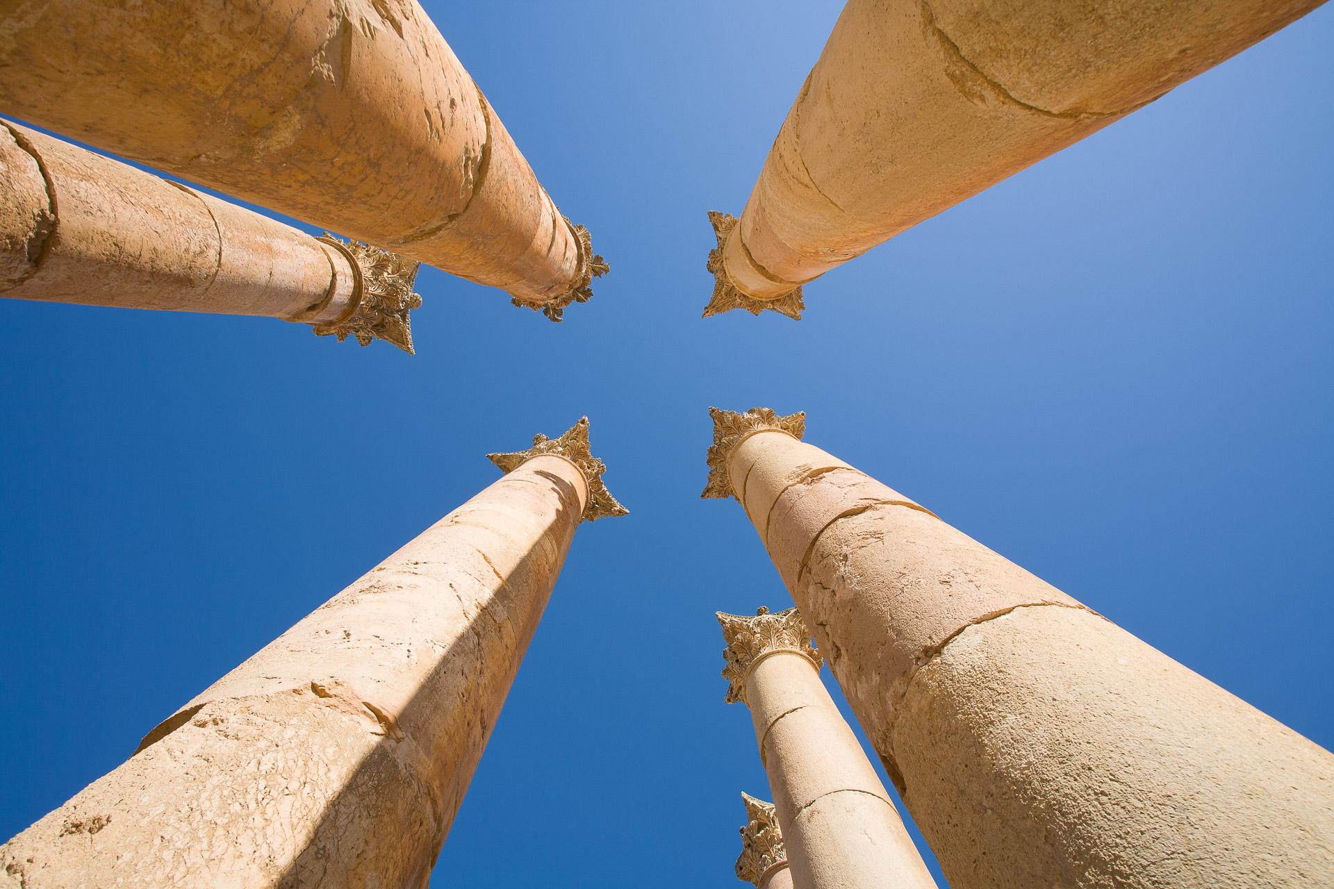 colonnes gréco-romaine de Jerash en Jordanie, avec chapiteaux corinthiens