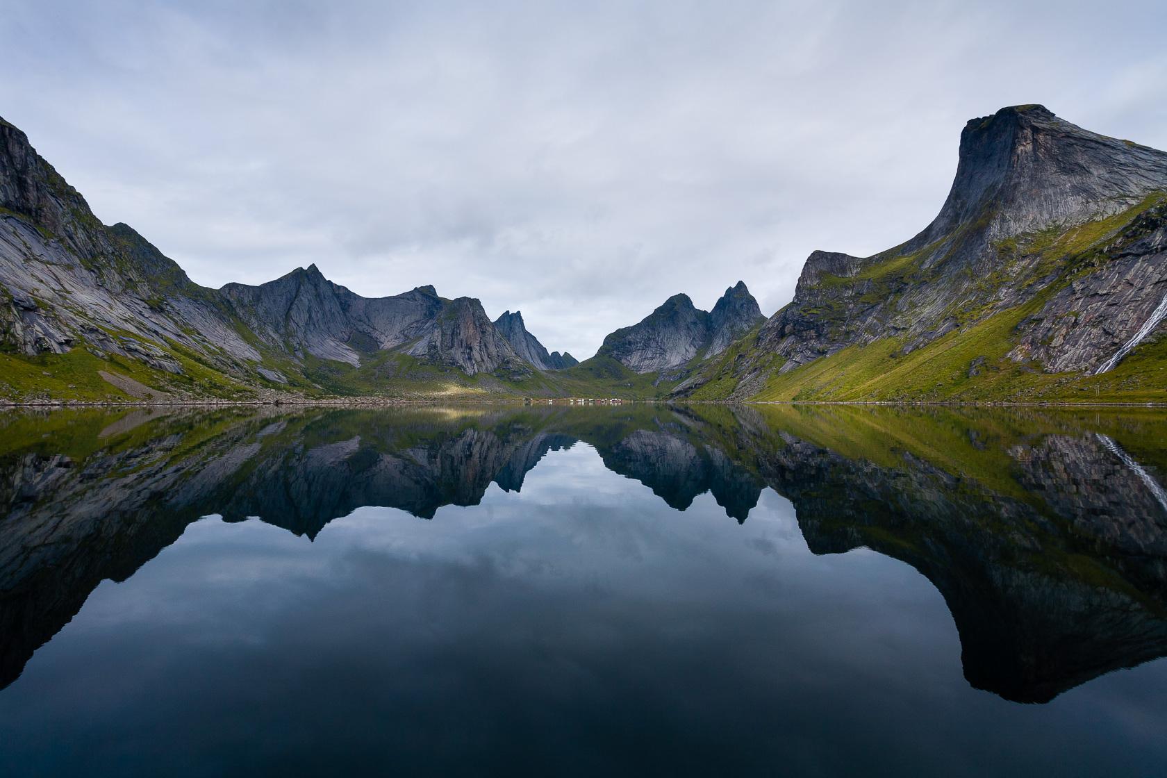 Miroir sur le Kirkefjorden dans les îles Lofoten en Norvège