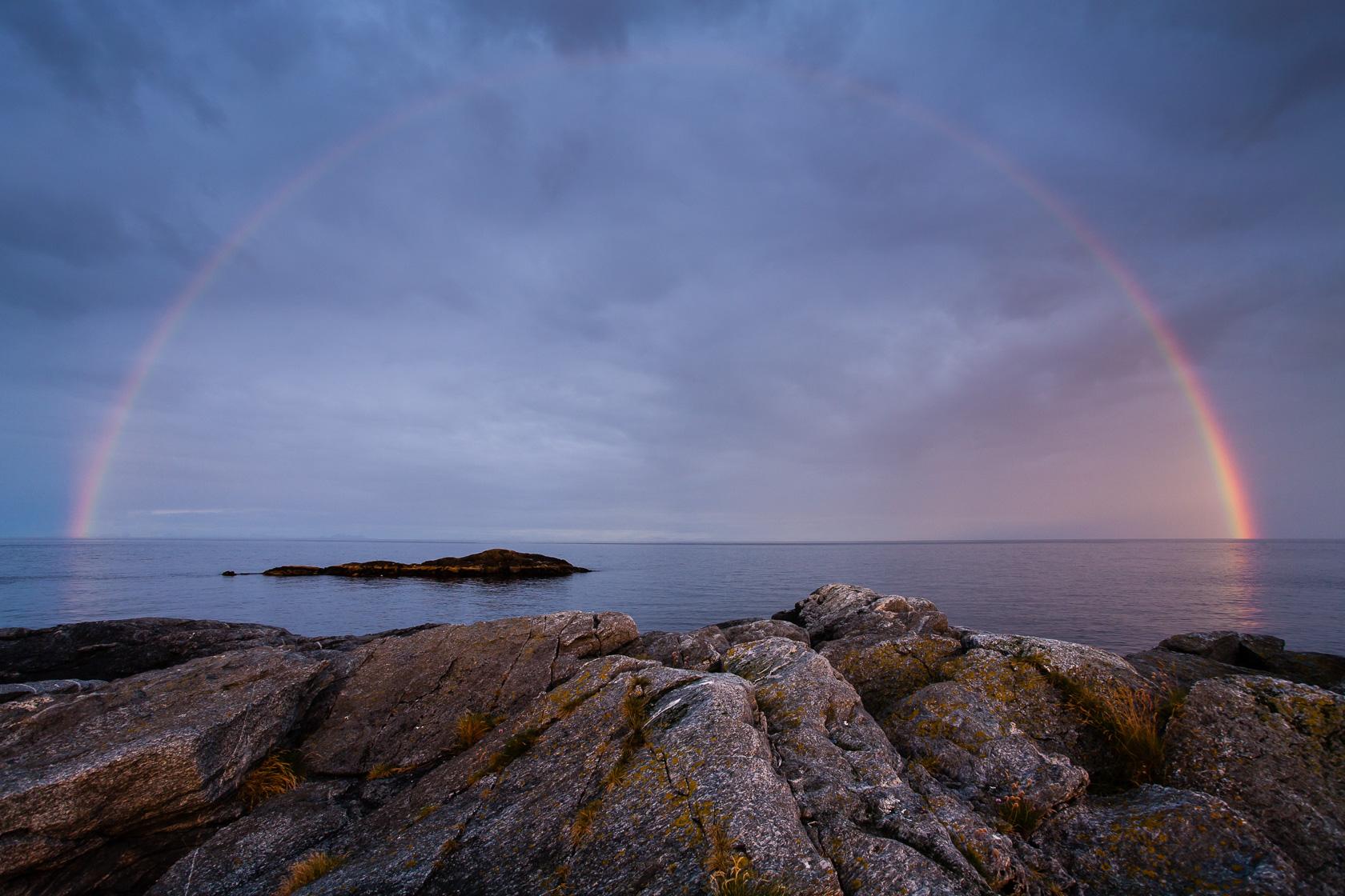 arc en ciel sur l'île de Værøya, dans le sud des Lofoten