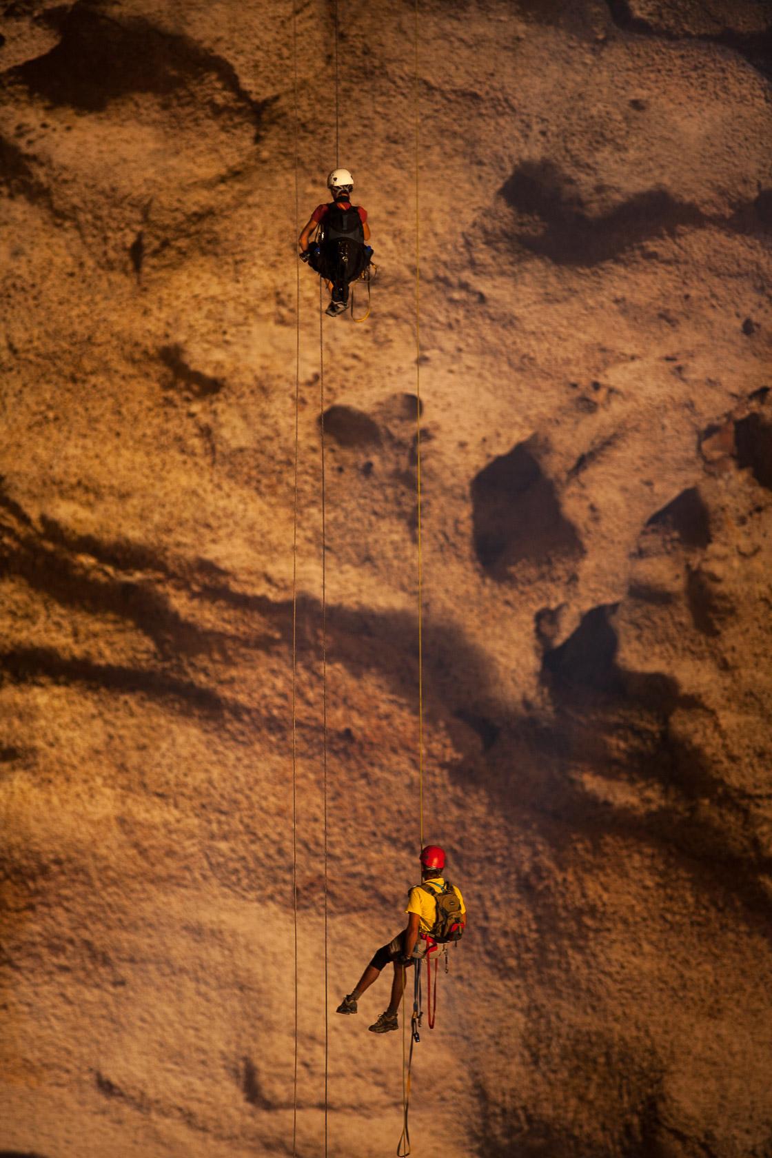 descente en rappel dans la grotte de Majilis Al Jins, sur le Salmah Plateau à Oman