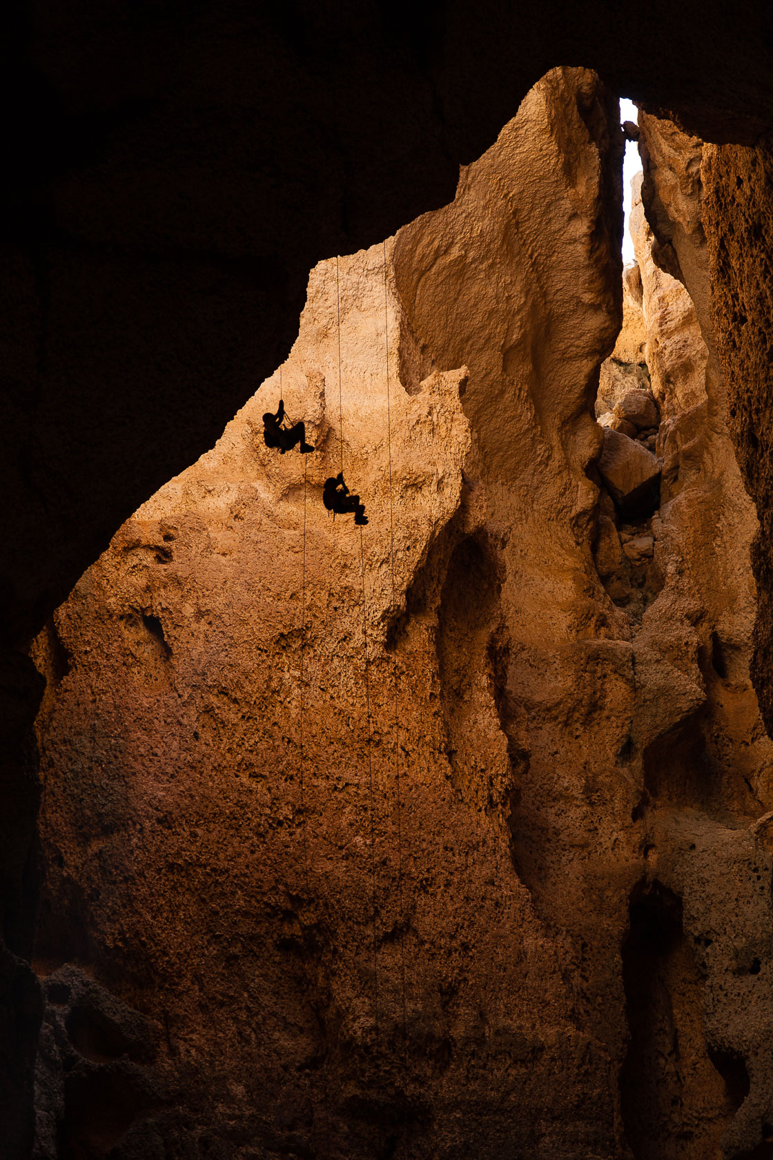 remontée sur cordes dans la grotte de Majilis Al Jins, sur le Salmah Plateau à Oman