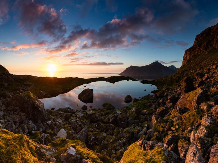Soleil de minuit dans les îles arctiques