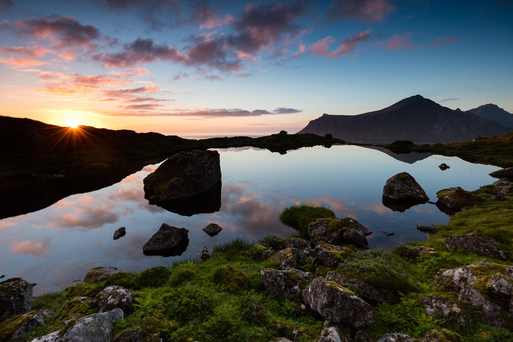 Soleil de minuit dans les îles Lofoten en Norvège